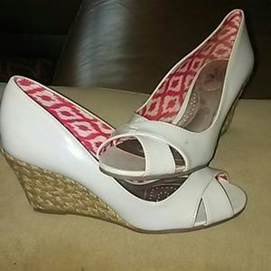 NWT Dexflex Comfort cream patent leather Wedge